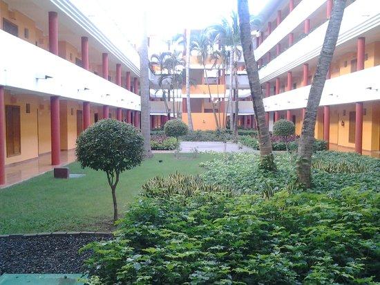 Iberostar Grand Hotel Bavaro: Patio interno zona de habitaciones