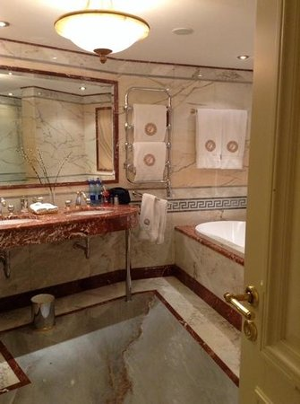 Taleon Imperial Hotel : luxurious bathroom room 525