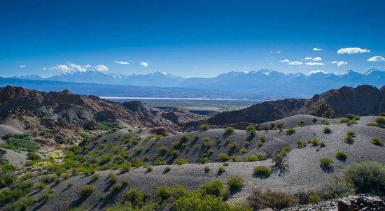 Parque Nacional El Leoncito : La pampa de El Leoncito de fondo