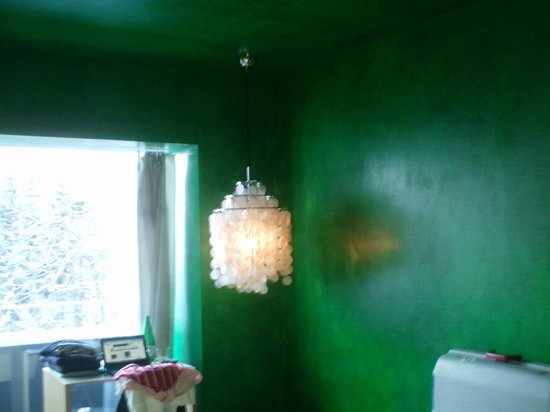 7132 Hotel: Chandelier & Ceiling