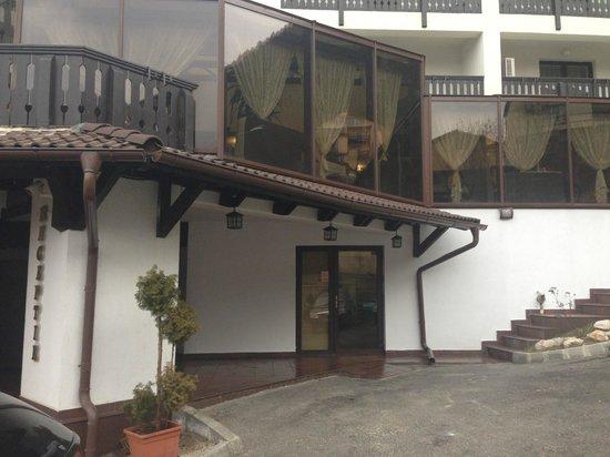 Classic Inn Hotel: The entrance
