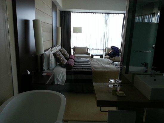 Ramada Plaza Suwon: вид туалета и ванной