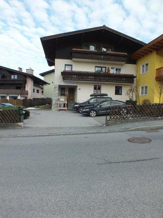 Gotthardt Apartmenthaus: Vooraanzicht, voordeur.