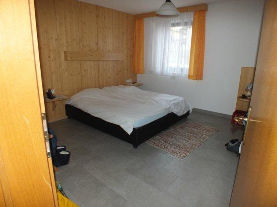 Gotthardt Apartmenthaus: Slaapkamer met wastafel