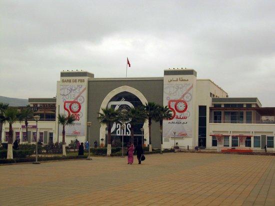 Ibis Fes: Вход на вокзал Феса. Фото с крыльца отеля