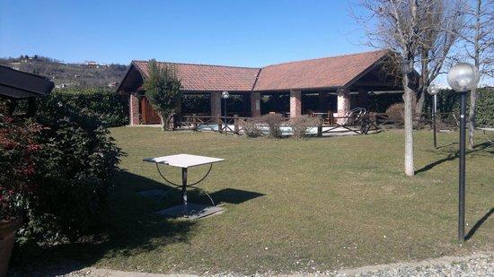 Hotel Monvej : il giardino col porticato e la piscina