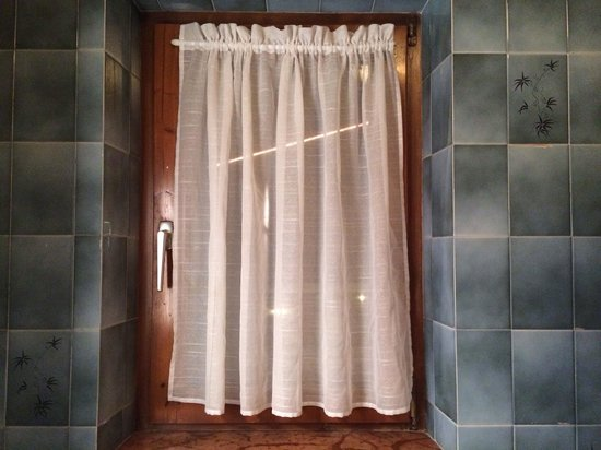 Hotel Feneberg: bathroom net curtains