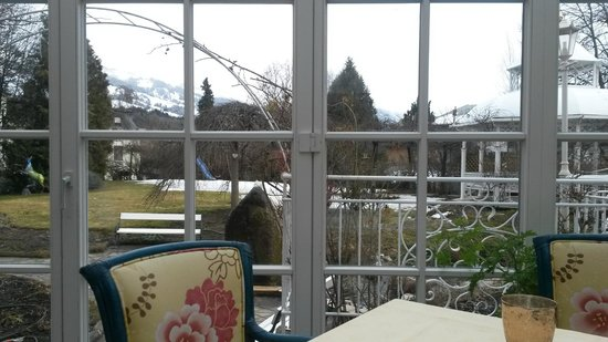 Erika Hotel: Lunch area with a view on the garden and mountains