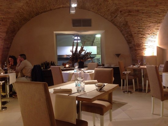 Interno del ristorante, finestra con vista sulla cucina. - Foto di ...