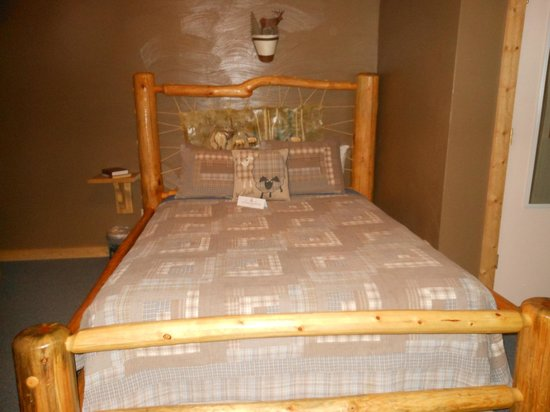 NINE PINES MOTEL: Elk bedroom design