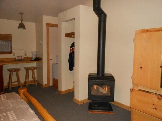 NINE PINES MOTEL: Fireplace