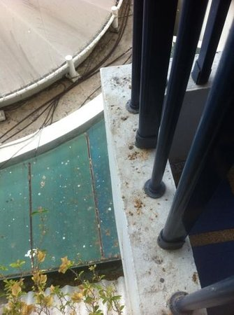 Dusit Thani Pattaya : Filthy balcony