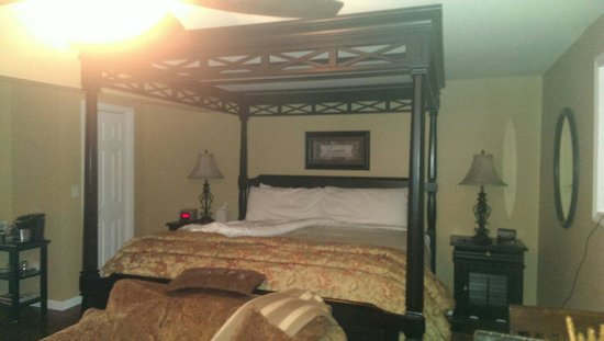 1825 Inn Bed and Breakfast: The bed in the Hershey Sweet