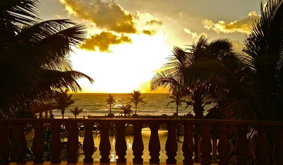 GR Solaris Cancun: sunset from the hotel center