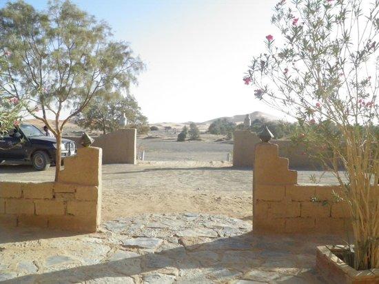 Auberge La Source: Entrada del hotel con vistas al desierto