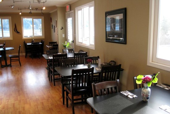 Tahsis Time Grill: Dining Room Side