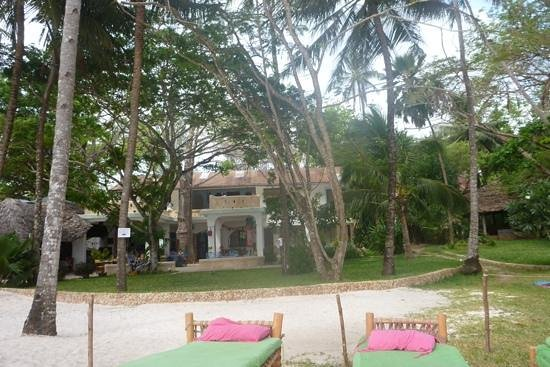 Kenyaways Beach Bed & Breakfast: kite area with Madafoos and Kenyaways.