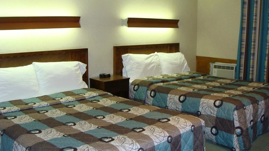 Mariner Motor Hotel : Two double beds