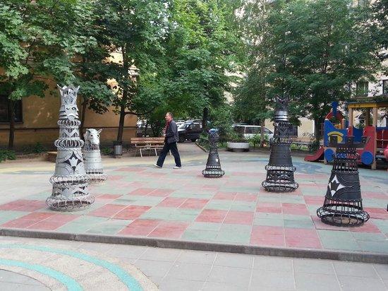 Rimsky-Korsakov Museum: Шахматный дворик перед флигелем
