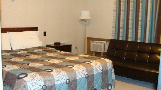 Mariner Motor Hotel : Queen room with sofa