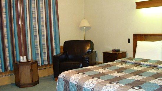 Mariner Motor Hotel: Queen bed
