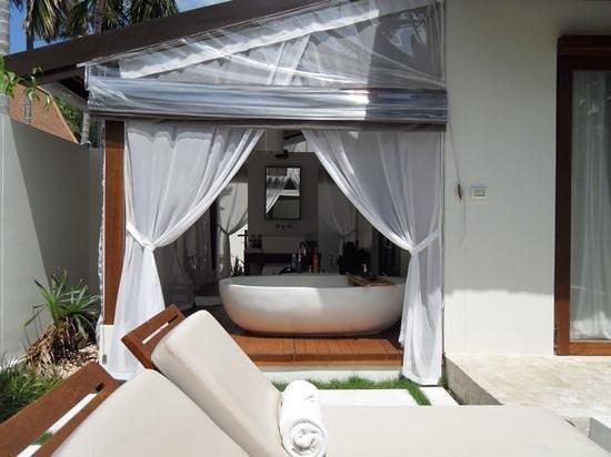SALA Samui Choengmon Beach Resort : Pool villa - outside bathroom