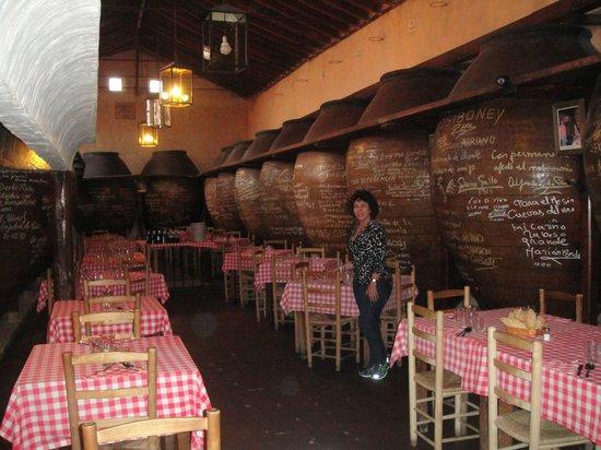 Plaza Mayor de Chinchón: Las barricas con el vino.