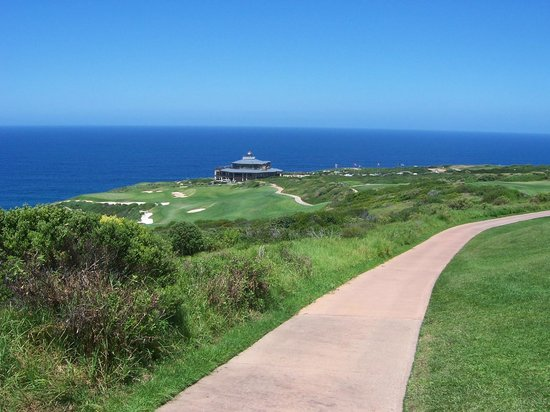 Pinnacle Point Beach and Golf Resort : 18th Hole and Clubhouse