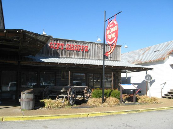 Brooks Shaw's Old Country Store: Outdoor area