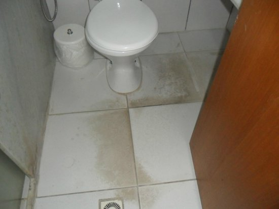 Hotel Beach Hills: Banheiro todo manchado