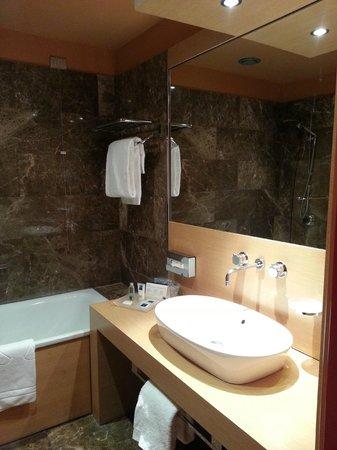 UNA Hotel Napoli: Bathroom, bath, shower, toilet, basin and bidet
