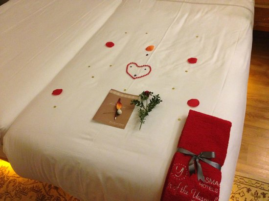 Hotel Sultania: The kindest man cleaned our room and left this on the bed. Very thoughtful and thorough.
