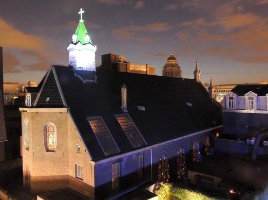 Sofitel Brussels Le Louise : Cour intérieure de l'hotel, éclairée la nuit