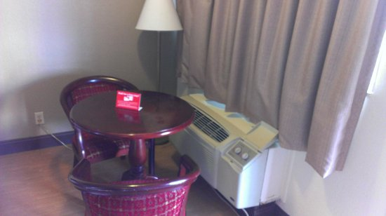 Rodeway Inn: Mesita y A/A de la habitación