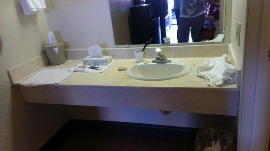 Blue Inn Lake Buena Vista South: Area de lavamanos fuera del ambiente de baño con amplio meson