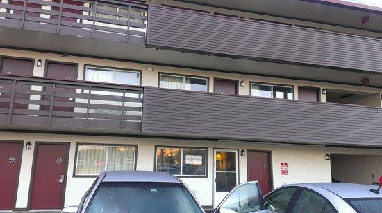 Rodeway Inn : Vista exterior del Hotel, la puerta de vidrio es la recepción