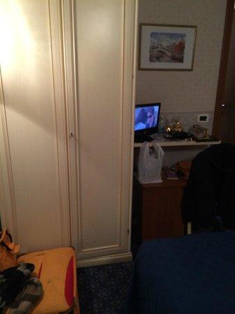 Hotel Tintoretto : Stanza (piccola) dalla porta di entrata