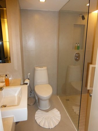 Trinity Silom Hotel: Salle de bain avec grande douche