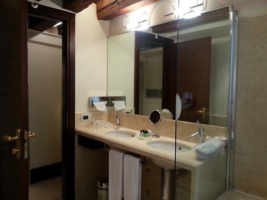 Ruzzini Palace Hotel: large bathroom