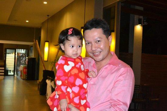 Chongfah Beach Resort: Manager mit Tochter am Valentinstag
