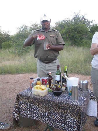 Motswari Private Game Reserve: Happy hour during the afternoon game drive