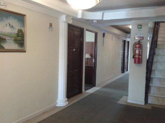 Hotel Costa Inn: Vista del corredor en el 4 piso, todos son iguales, está bonito.