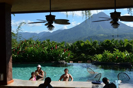 The Springs Resort and Spa : Pool bar and Arenal Volcano