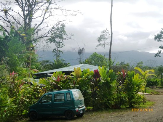 Blue River Resort & Hot Springs: The view from the path connecting the Cabinas to the Restaurant with the Volcano in the Backgrou