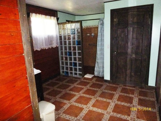 Blue River Resort & Hot Springs: Large bathroom inside Cabina