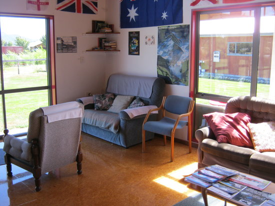 Bob and Maxine's Backpackers: Common room corner
