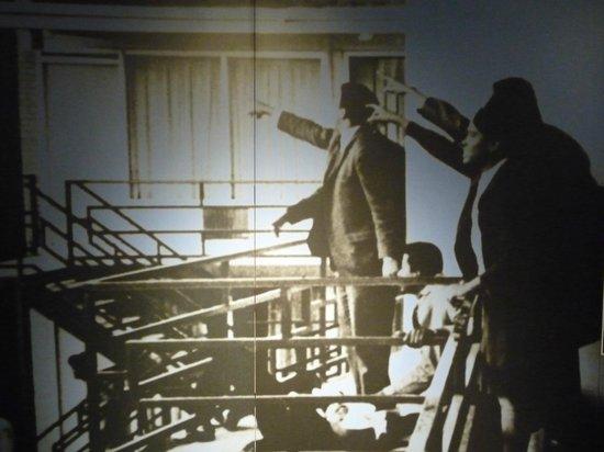 National Civil Rights Museum - Lorraine Motel: Un poster ritraente il momento in cui le guardie indicano il punto da cui è partito il colpo