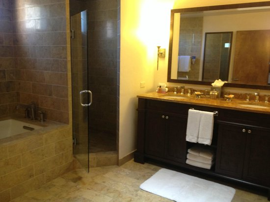 Enchantment Resort: Bathroom in our suite