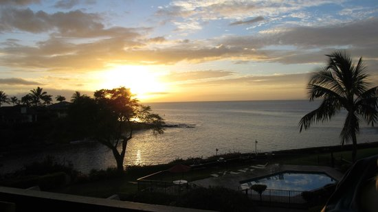 Napili Point Resort : Great sunset view from the deck.