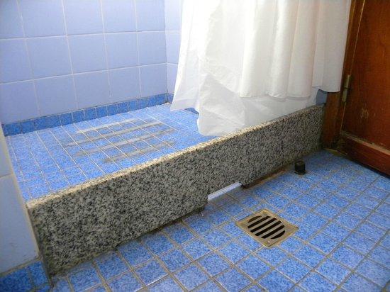 Aconcagua Hotel: Salida del agua de la ducha, inunda el baño